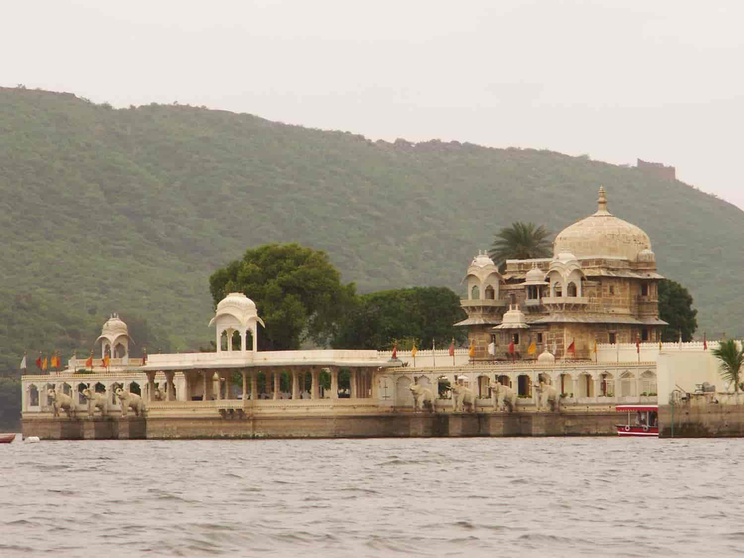 Jagmandir-in-the-picturesque-Lake-Pichola-udaipur-india