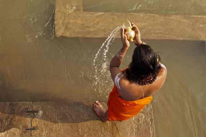 Take-bath-in-the-Ganges-Varanasi