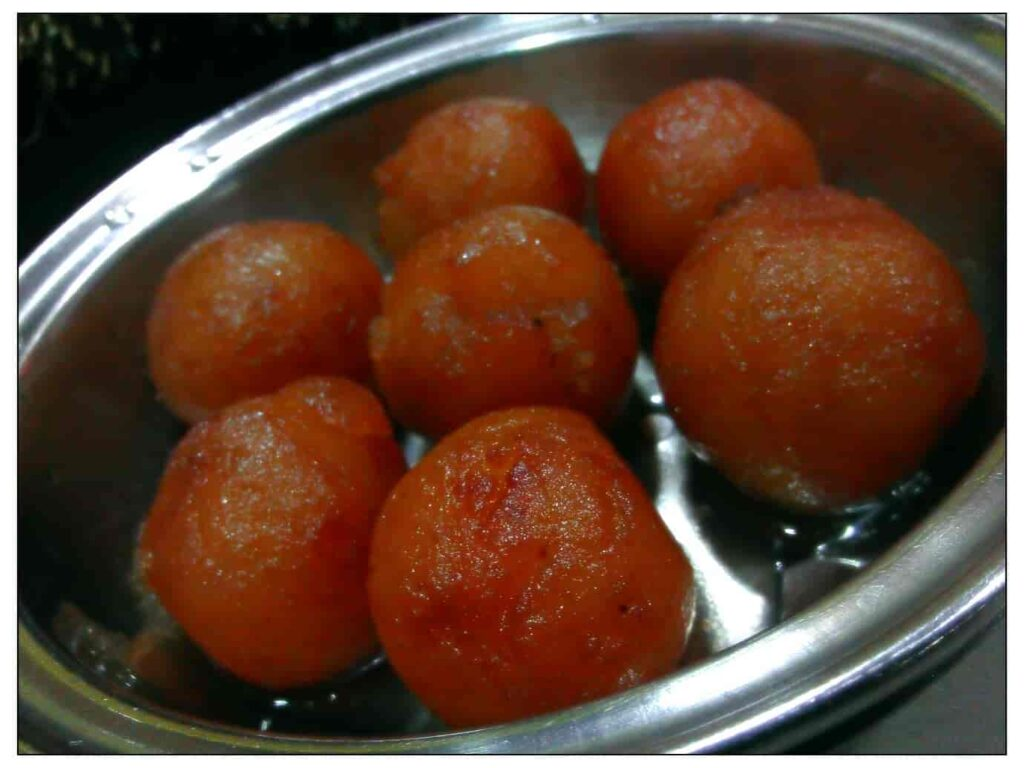 Food-is-served-on-leaves-and-hot-Puris-and-hot-GulabJamuns-are-such-a-satisfying-treat.