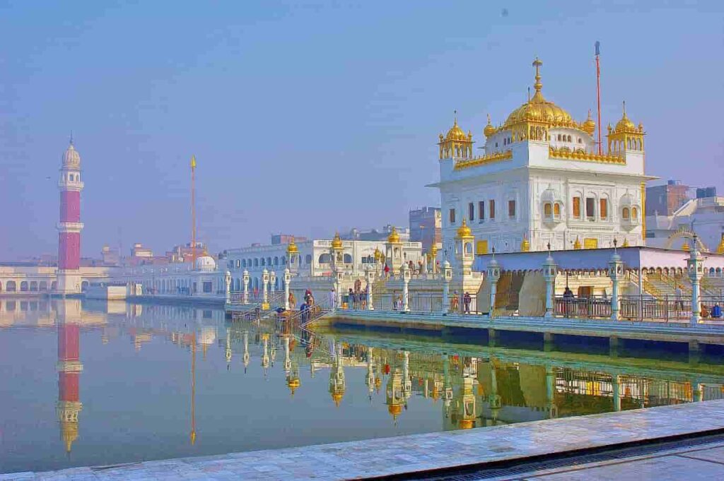 The-Gurudwara-also-has-the-Tarn-Taran-Sahib-Sarovar-which-is-the-largest-holy-lake-in-the-world-with-a-circumference-of-1.5-km